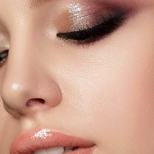 Pour un teint parfait utilisez le Cover & Glow Up. C'est un fond de teint 2 en 1 à utiliser comme anticernes et comme fond de teint#teint #fonddeteint #beauté #maquillage #makeup #makeupaddict #cosmetique #misscop