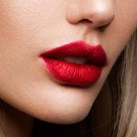 Le rouge à lèvres Mat Kiss a une texture douce et crémeuse pour des lèvres intenses au fini mat. Sa formulation lui confère une sensation de légèreté agréable et confortable. Sans transfert. Se porte avec un masque sans laisser de trace.#misscop #maquillage #lèvres #makeup #lips #matkiss #masque #rougeàlèvresmat #rougeàlèvres #lipstick #sanstranfert